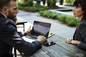 husk øjenkontakt for at sikre den gode jobsamtale